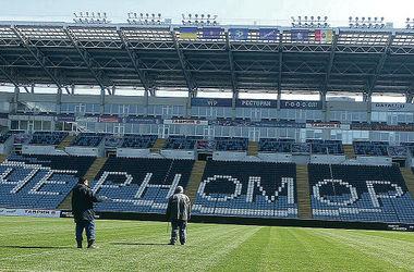 Подготовка. За день до матча на стадионе завершают подготовительные работы — обновляют зеленое покрытие, меняют рекламные баннеры