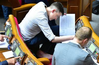 Савченко босоніж сидить навпочіпки на своєму кріслі в Раді. Фото: strana.ua