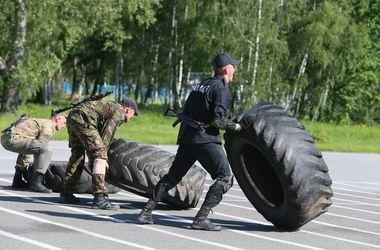 На выносливость. Некоторые бойцы могут перевернуть шину весом в 80 кг одной рукой
