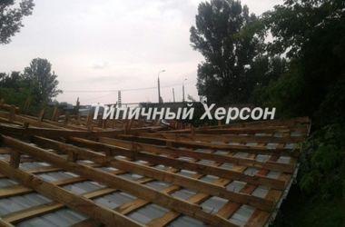 В Херсоне порывом ветра сорвало крышу здания