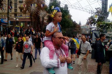 На Майдані зібралося близько 10 тисяч осіб. Фото: Д.Нінько