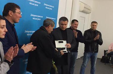 Валерий Тимонин награжден наградным оружием. Фото: Facebook / Антон Геращенко