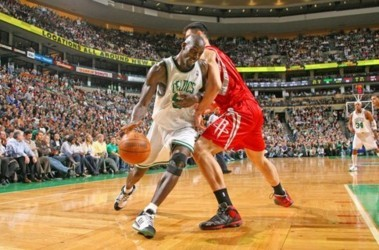 "Яо Мин (""Хьюстон"", 19 очков + 13 подборов, справа) не удержал Кевина Гарнетта (""Бостон"", 26 очков). Фото Getty Images"