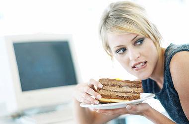 Ученые выяснили, почему во время ПМС женщинам хочется больше есть. Фото: np-mag.ru
