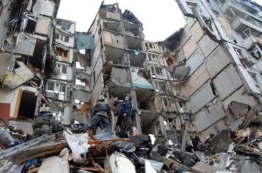 Руины. Третий подъезд 10-этажки полностью разрушило взрывом. Два первых можно отремонтировать. Фото AFP