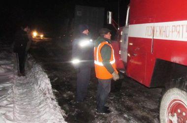 Пожарные доставали машины из сугробов. Фото: ГСЧС