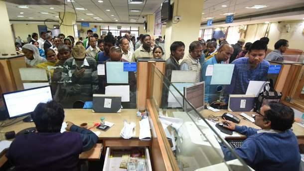 Индийцы выстроились в огромные очереди чтобы обменять банкноты, которые изымают из обращени, фото AFP