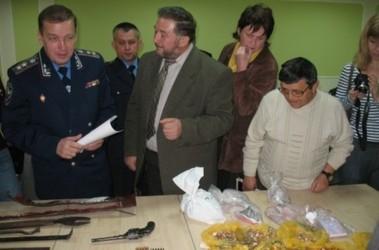 Россыпи. Вчера генерал показывал журналистам изъятые ценности. Фото Ж.Попович