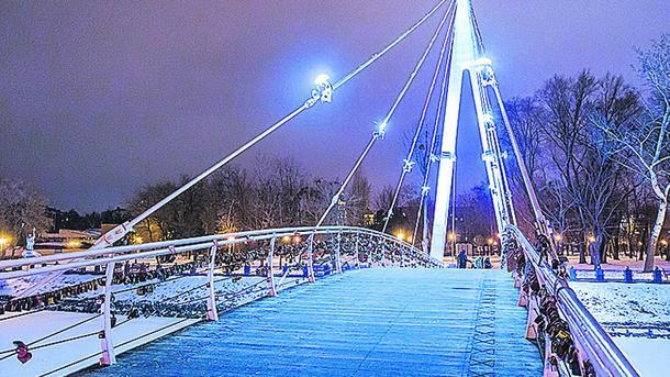 Подвесной Мариинский мост в сквере «Стрелка» — одна из любимых достопримечательностей харьковчан