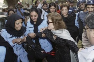Законы. Женщин-правозащитниц арестовали женщины-полицейские. Фото АР