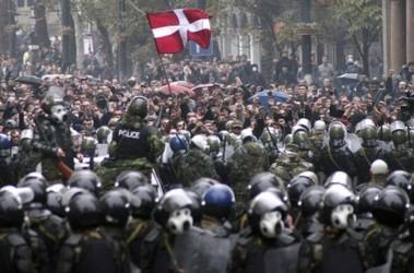 Орудие власти. С манифестацией закончили хорошо подготовленные спецназовцы, получившие современное обмундирование при Саакашвили. Фото AFP