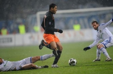 Tiberiu Gioane (L) and Cernat (R) of FC Dynamo fight for the ball with Hedwiges Maduro (C) of Valencia FC during a UEFA Cup football match round of 32, in Kiev on February 18, 2009. AFP PHOTO/ SERGEI SUPINSKY