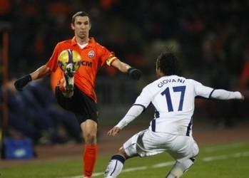 Shakhtar Donetsk's Darijo Srna (L) challenges Tottenham Hotspur's Giovani Dos Santos during their UEFA Cup soccer match in Donetsk February 19, 2009.   REUTERS/Gleb Garanich (UKRAINE)