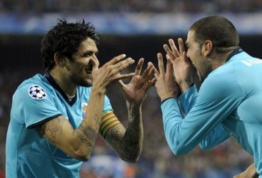 Porto's Argentinian Lissandro Lopez (R) celebrates with Argentinian midfileder Lucho Gonzalez (L)  after scoring during the Champions League  football match against Atletico Madrid at the Vicente Calderon stadium in Madrid , on February 24, 2009.       AF