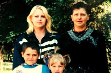 Из тех, кто по сути убил Светлану Зайцеву (слева) никто не наказан. Фото из семейного архива