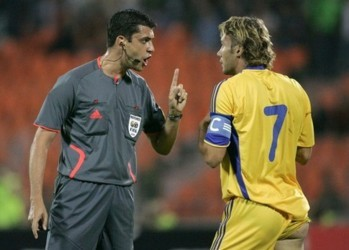 Referee Victor Kassai (L) speaks with Ukraine's Andriy Shevchenko during the World Cup 2010 qualifying soccer match against Belarus at Dinamo stadium in Minsk September 9, 2009.  REUTERS/Vasily Fedosenko  (BELARUS)