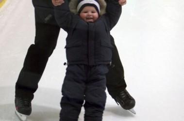 Забава на льду. Малышей на каток пускают только со взрослыми; фото В.Лазебника