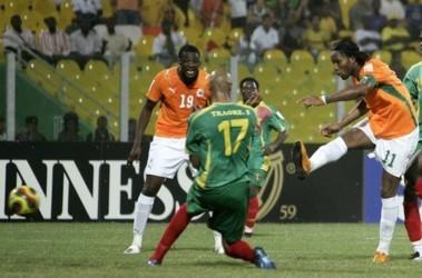 Дидье Дрогба пробивает голкипера сборной Мали. Фото АР