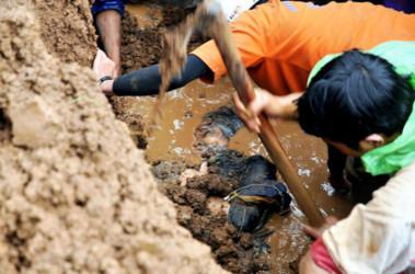 Спасатели и добровольцы откапывают жертв оползней. Фото FP