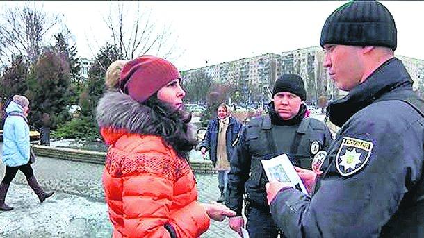 Профилактика. Полицейские раздают листовки с предупреждениями. Фото: ГУ НП Киевской области