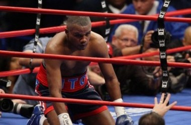 Felix Trinidad of Puerto Rico gets a standing count after getting knocked down by Roy Jones Jr. of the US 19 January, 2008 during their light heavyweight fight at Madison Square Garden in New York.  AFP PHOTO/DON EMMERT