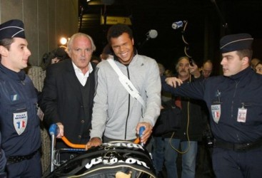French tennis player Jo-Wilfried Tsonga (C), flanked by French Tennis Federation President Christian Bimes (L), arrives 29 january 2008 at Paris Roissy airport, two days after his final in the Australian Open against Novak Djokovic of Serbia, in Melbourne