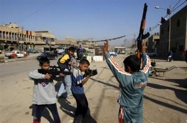 Багдад. Иракские дети играют в то, что видет на улицах, фото АР