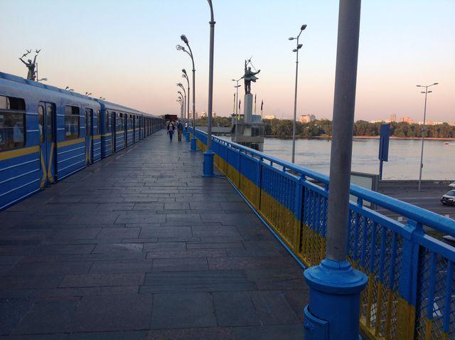"""Станция """"Днепр"""" стала сине-желтой. Фото: Людмила Князьская-Ханова"""