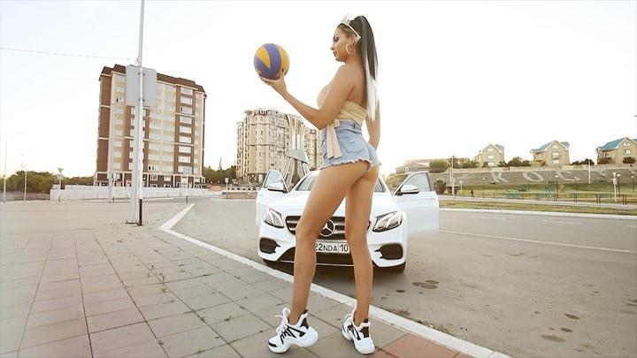 Такой бюст не спрячешь! Жаркое фото волейболистки из горячего источника