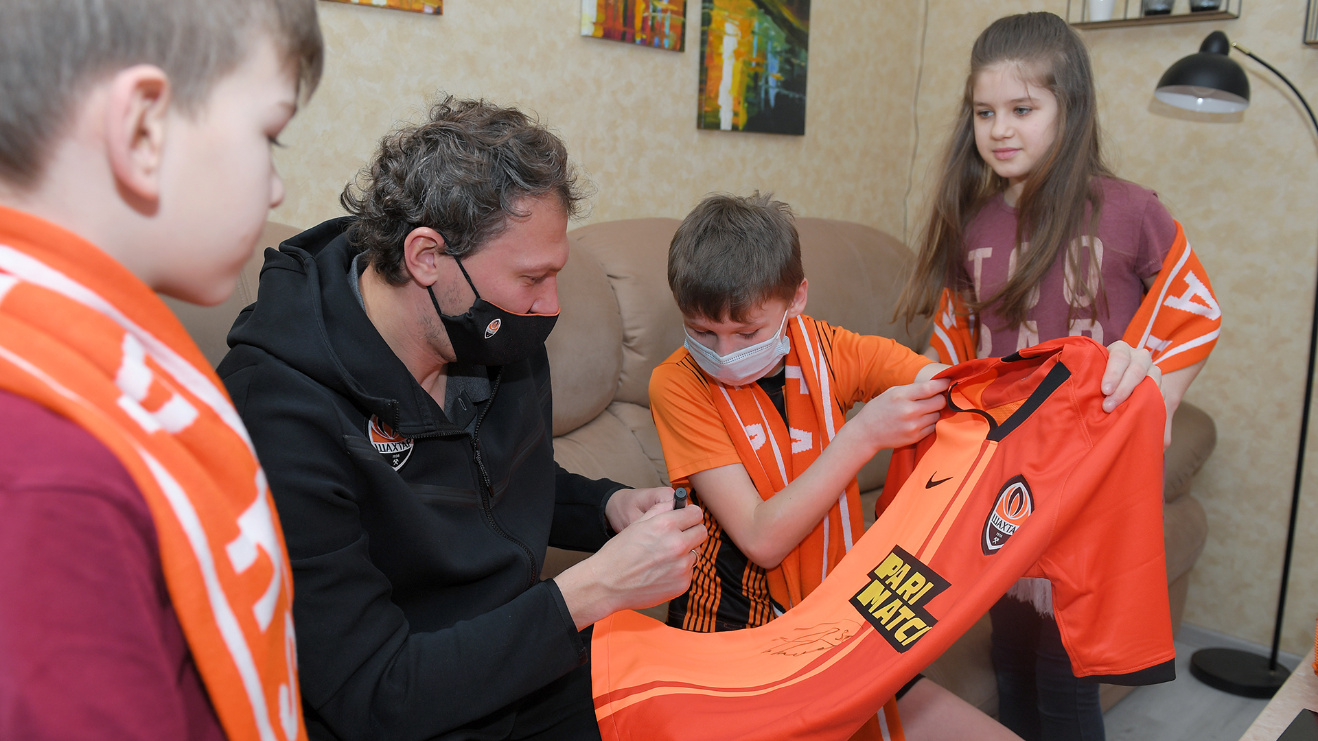 Вратарь Шахтера осчастливил 11 маленьких фанатов из детского дома в Полтаве