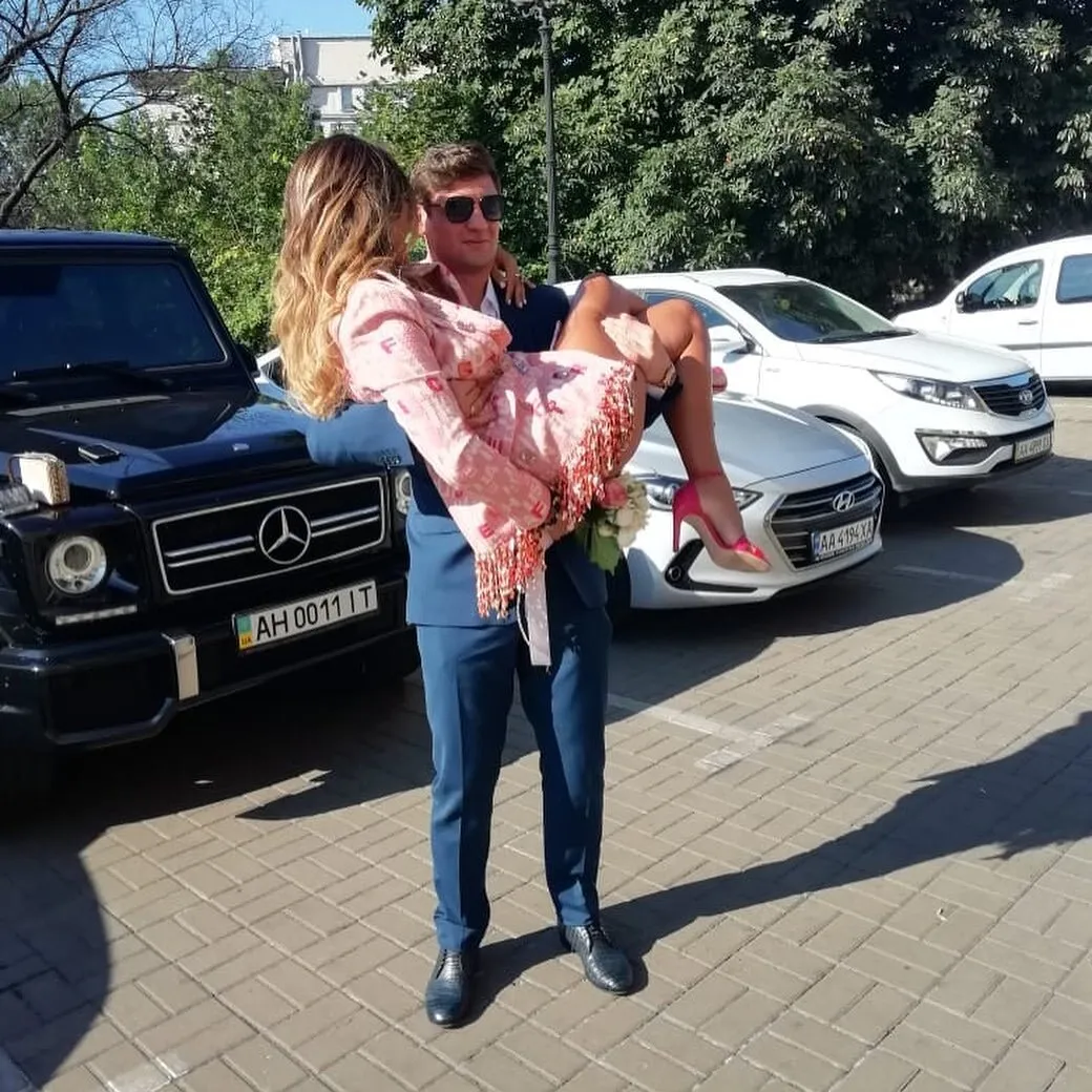 Голая россиянка, которую бросил Селезнев, взяла в руки автомат (видео)