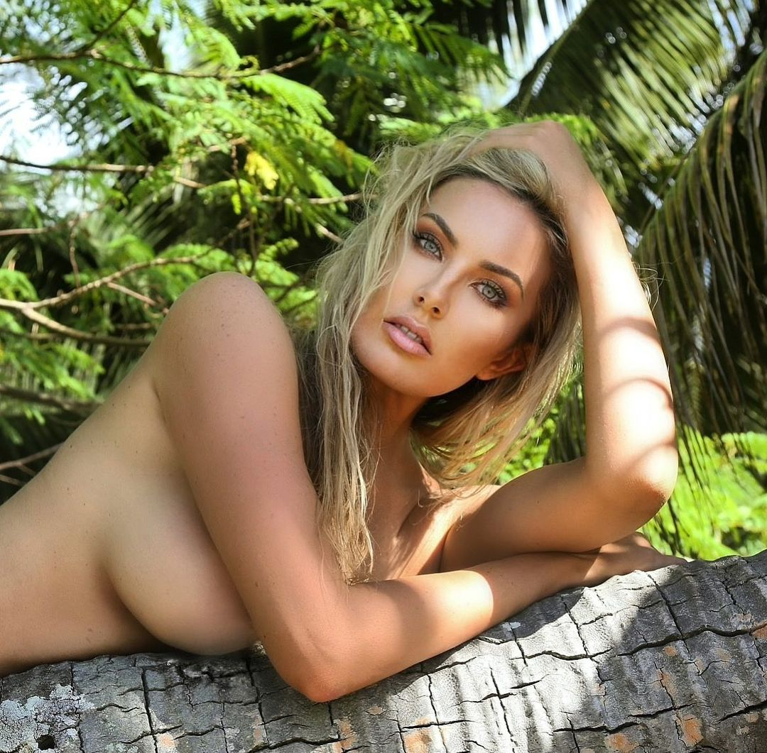 Горячая любительница автоспорта шлет интимные фото с экзотических курортов