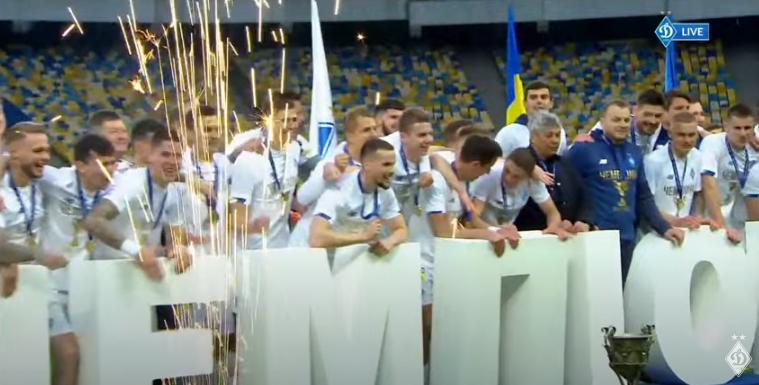 Луческу облили шампанским, но чемпионскую футболку он не надел: Динамо отмечает титул (фото)