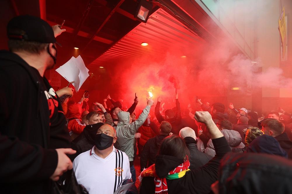 Фанаты сорвали матч МЮ – Ливерпуль, захватив поле Олд Траффорд
