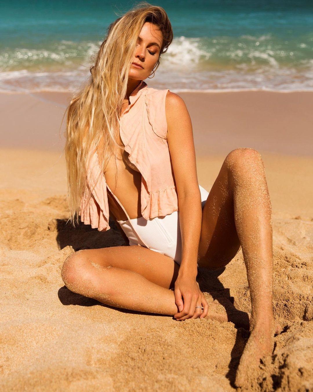 Осыпая голую грудь песком: горячие фото звездной серфингистки