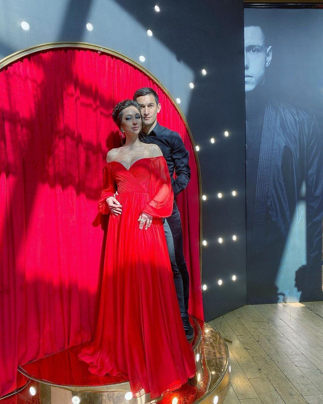 Огненная королева! Жена футболиста Шахтера в красном платье затмила Людей в черном
