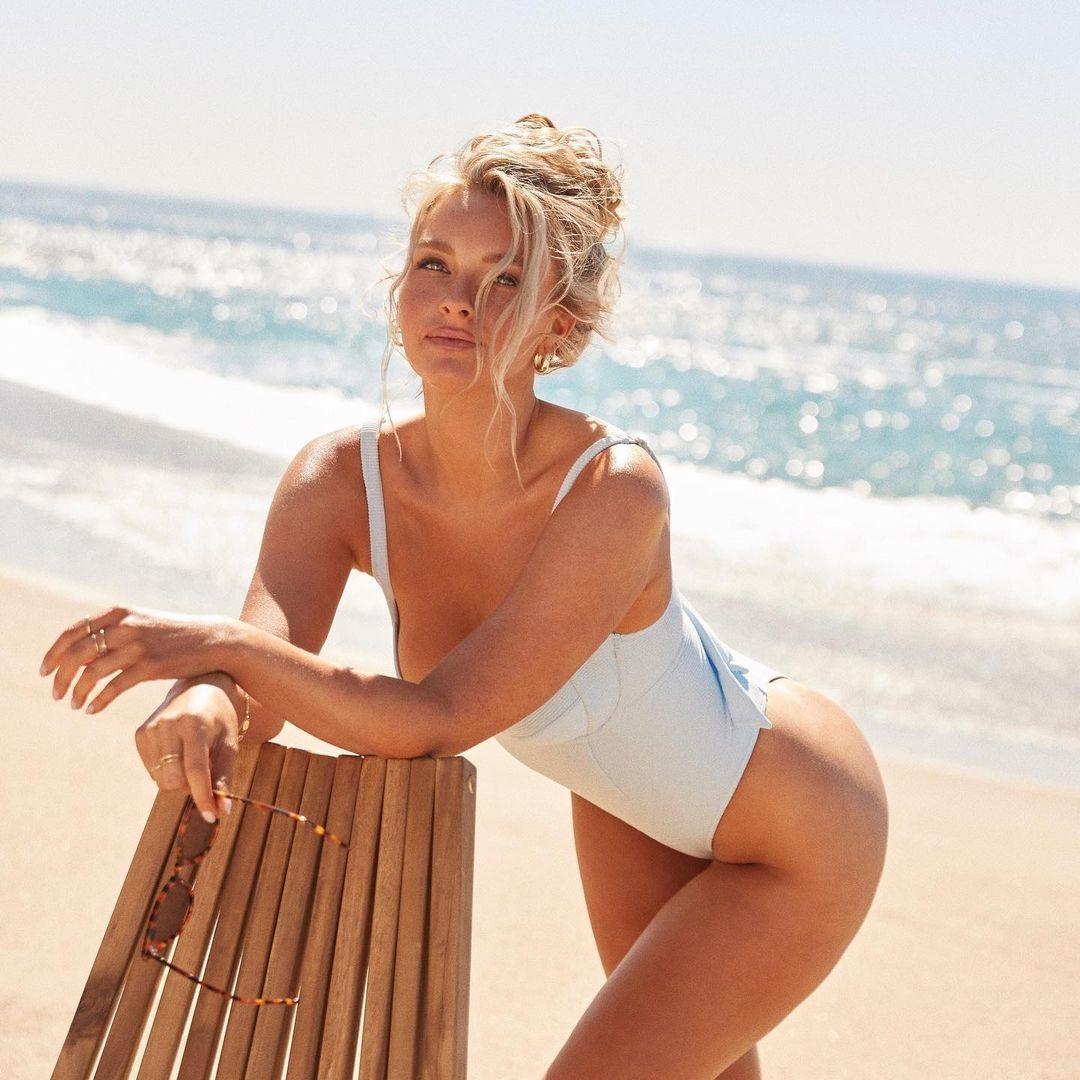 Жарко от одного взгляда на эту блондинку! Пляжная мода от роскошной жены футболиста