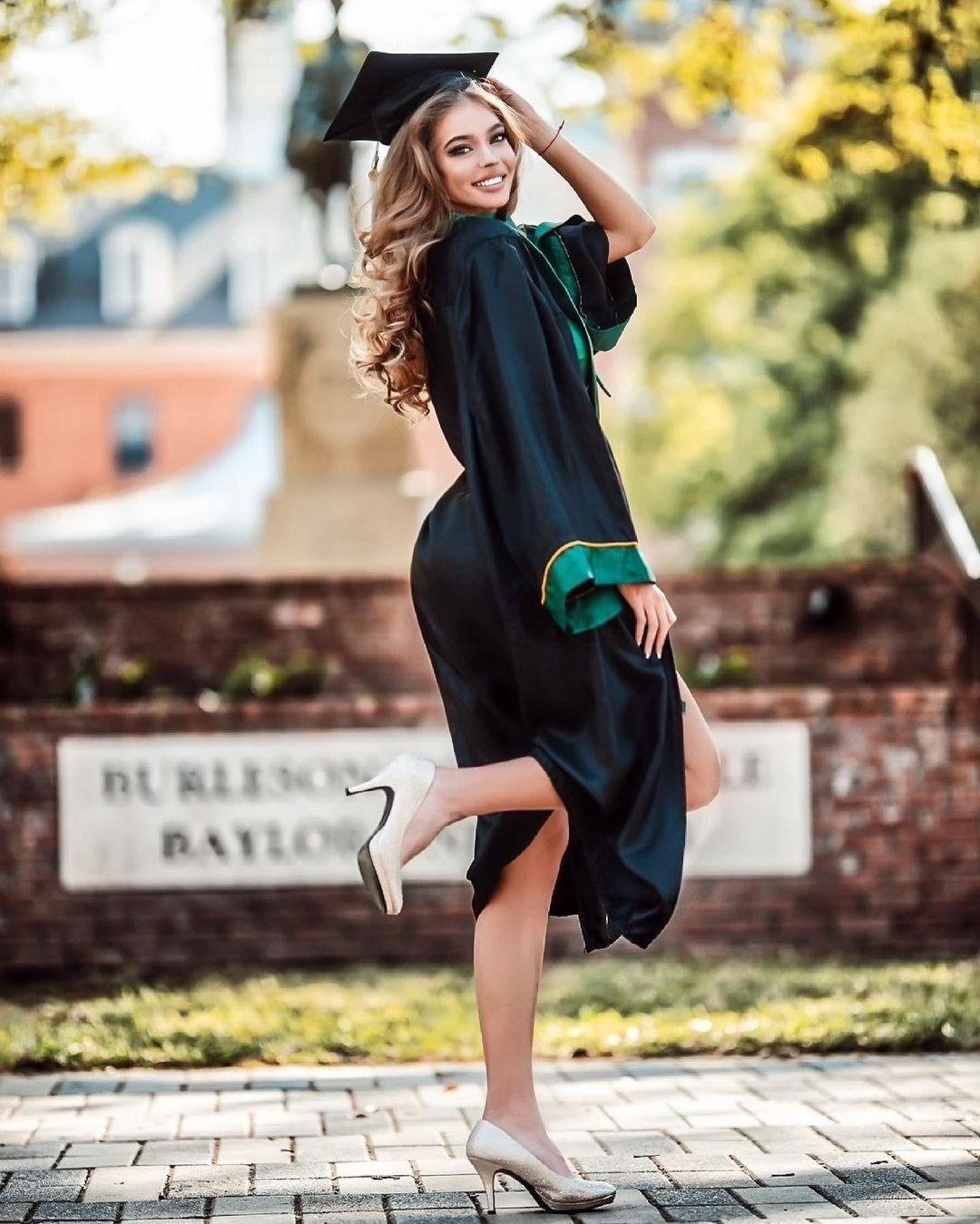 Украинка с лучшим бюстом мирового тенниса соблазнительно окончила христианский университет (фото)