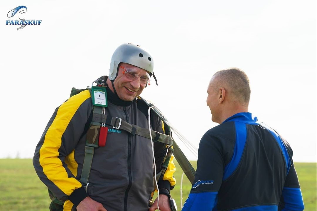 Кличко прыгал с парашютом на 9 мая, а за него на земле переживали брат и племянница